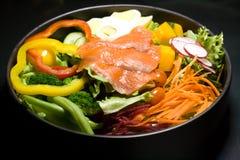 Salade saumonée dans la grande cuvette Photographie stock libre de droits