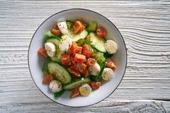 Salade saumonée de concombre de tomate de mozzarella images libres de droits