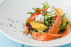 Salade saumonée desséchée photographie stock