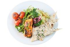 Salade saumonée tandoori fraîche avec le chapati Image stock