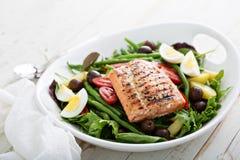 Salade saumonée grillée de nicoise Images stock