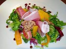 Salade savoureuse d'été avec le serano et suprême orange images stock