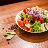 Salade savoureuse de champignons avec le poivre, les tomates et les chees photographie stock libre de droits