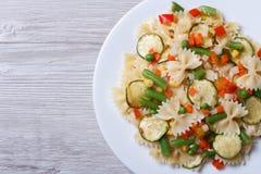 Salade savoureuse des pâtes de farfalle avec la vue supérieure de plan rapproché de légumes Photos libres de droits