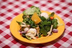 Salade savoureuse fraîche dans un plat sur une nappe Images stock
