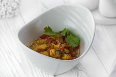 Salade savoureuse fraîche faite de paprikas et concombres image stock