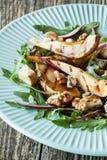 Salade - schimmelkaas, gekarameliseerde peer, arugula, okkernoten, rode ui en balsemieke azijnvulling Stock Fotografie