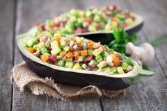 Salade servie dans la coquille de l'aubergine Photographie stock