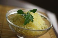 Salade squisito con le uova, il prezzemolo ed il formaggio. immagine stock