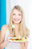 Salade sur la fourchette et la plaque image libre de droits
