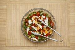 Salade sur la table Photo stock