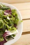 Salade sur la table en bois Photo stock