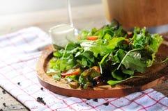 Salade sur le bloc Photos stock