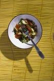 Salade sur un tapis en bambou jaune image libre de droits