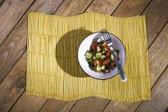 Salade sur un tapis en bambou jaune Images libres de droits