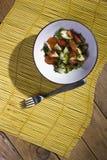 Salade sur un tapis en bambou jaune photo stock