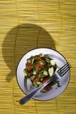 Salade sur un tapis en bambou jaune photo libre de droits