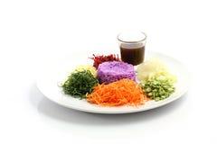 Salade thaïe de nourriture avec du riz d'isolement sur le blanc Images stock