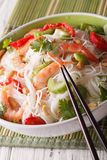 Salade thaïlandaise avec les nouilles, les crevettes roses en verre et les arachides en gros plan Vert Image stock