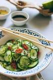 Salade thaïlandaise de concombre avec le sésame et le piment photographie stock