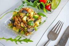 Salade traditionnelle turque de lentille et une tranche de concombre et d'ezogelin vert, tarhuna images stock