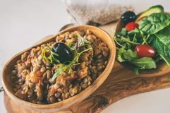 Salade traditionnelle turque de lentille et une tranche de concombre et d'ezogelin vert, tarhuna photographie stock libre de droits