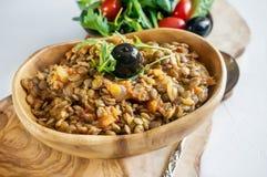 Salade traditionnelle turque de lentille et une tranche de concombre et d'ezogelin vert, tarhuna photographie stock