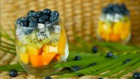 Salade tropicale colorée de mélange dans le pot Divers genre frais de baie et de fruit organiques crus dans le bol en verre Végét banque de vidéos