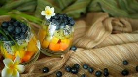 Salade tropicale colorée de mélange dans le pot Divers genre frais de baie et de fruit organiques crus dans le bol en verre Végét clips vidéos