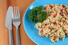 Salade turque traditionnelle avec le bulgur images stock