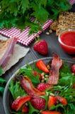 Salade utile de fraise avec l'arugula, les écrous et le lard, sauce à baie Photo stock