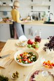 Salade végétale appétissante sur la table de salle à manger photos libres de droits