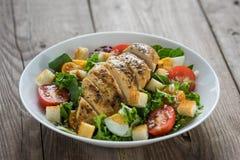 Salade végétale avec de la viande rôtie de poulet Photo stock