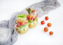 Salade végétale avec des concombres, des tomates et le maïs Vue supérieure Hea photographie stock libre de droits