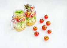 Salade végétale avec des concombres, des tomates et maïs et laitue T photo libre de droits