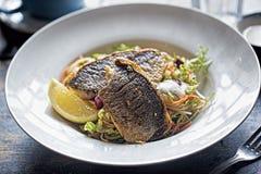 Salade végétale avec les betteraves et le bar de mer grillé photo stock