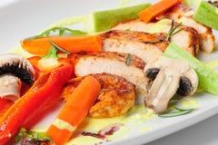 Salade végétale chaude avec de la viande rôtie de poulet Photos stock