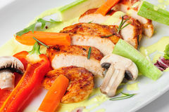 Salade végétale chaude avec de la viande rôtie de poulet Photographie stock libre de droits