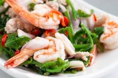 Salade végétale chaude et épicée de fougère de paco avec la crevette photographie stock libre de droits