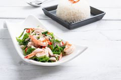 Salade végétale chaude et épicée de fougère de paco avec la crevette images libres de droits