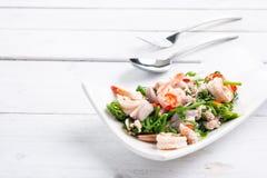 Salade végétale chaude et épicée de fougère de paco avec la crevette photo libre de droits