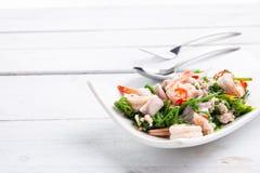 Salade végétale chaude et épicée de fougère de paco avec la crevette photos stock