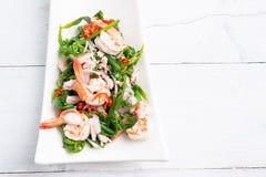 Salade végétale chaude et épicée de fougère de paco avec la crevette image stock