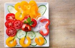 Salade végétale coupée en tranches fraîche d'un plat blanc Photos libres de droits