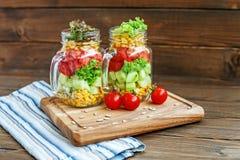 Salade végétale dans des pots en verre Concombres, tomates et maïs Hea photos libres de droits