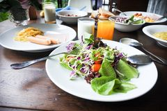 Salade végétale dans l'ensemble de petit déjeuner de matin Image stock