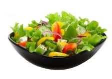Salade végétale dans la plaque de grand dos noir Photo stock
