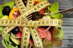 Salade végétale de centimètre et de fourchette photographie stock