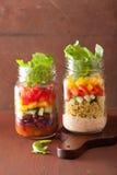 Salade végétale de haricot de quinoa de Vegan dans des pots de maçon Photos libres de droits