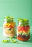 Salade végétale de haricot de quinoa de Vegan dans des pots de maçon Photo stock